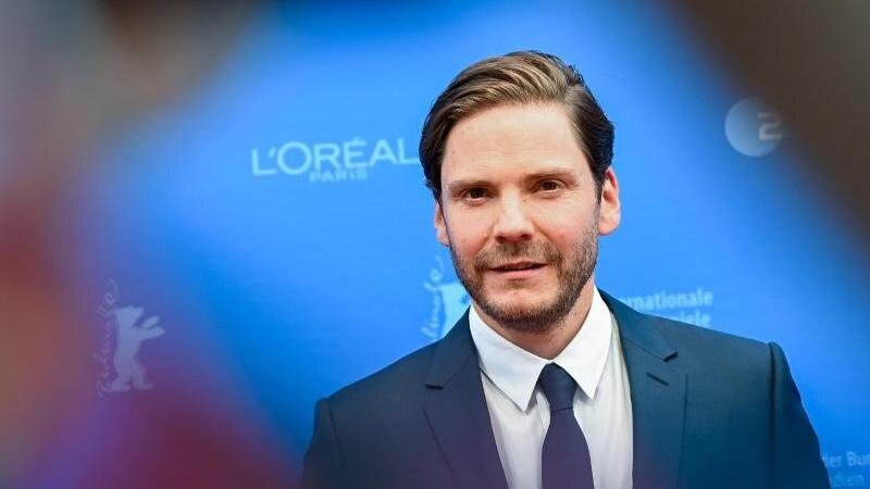 "Regisseur und Schauspieler Daniel Brühl kommt zur Filmpremiere des Films ""Nebenan"". Foto: Jens Kalaene/dpa-Zentralbild/Pool/dpa"