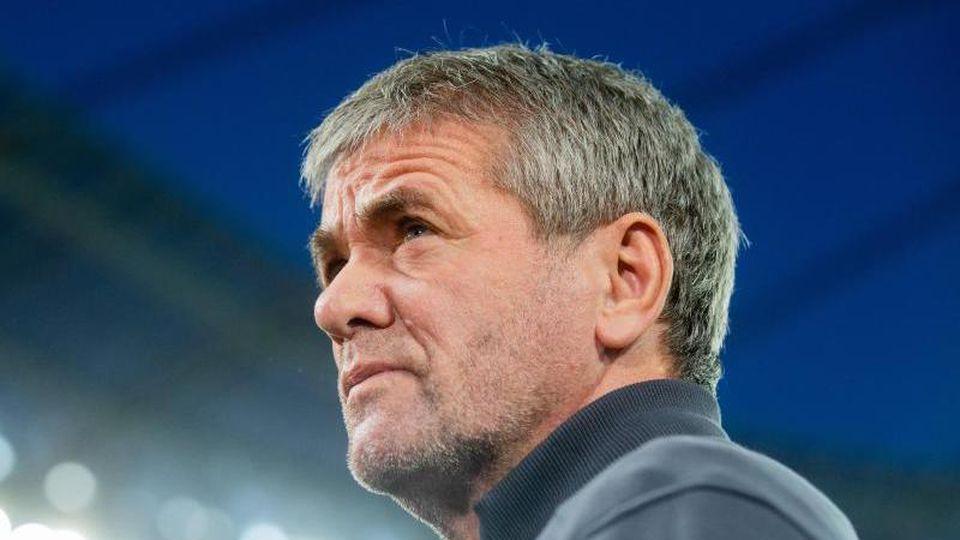 Düsseldorfs Trainer Friedhelm Funkel vor dem Spiel. Foto: Rolf Vennenbernd/dpa/Archivbild