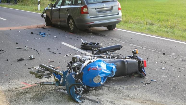 Bei der Kollision mit dem Auto ist der Motorradfahrer ums Leben gekommen.