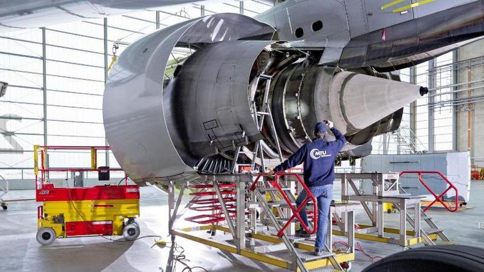 Ein Mitarbeiter arbeitet in einem Werk der MTU Aero Engines AG an einer Flugzeug-Turbine. Foto: -/MTU Aero Engines AG/dpa/Archivbild