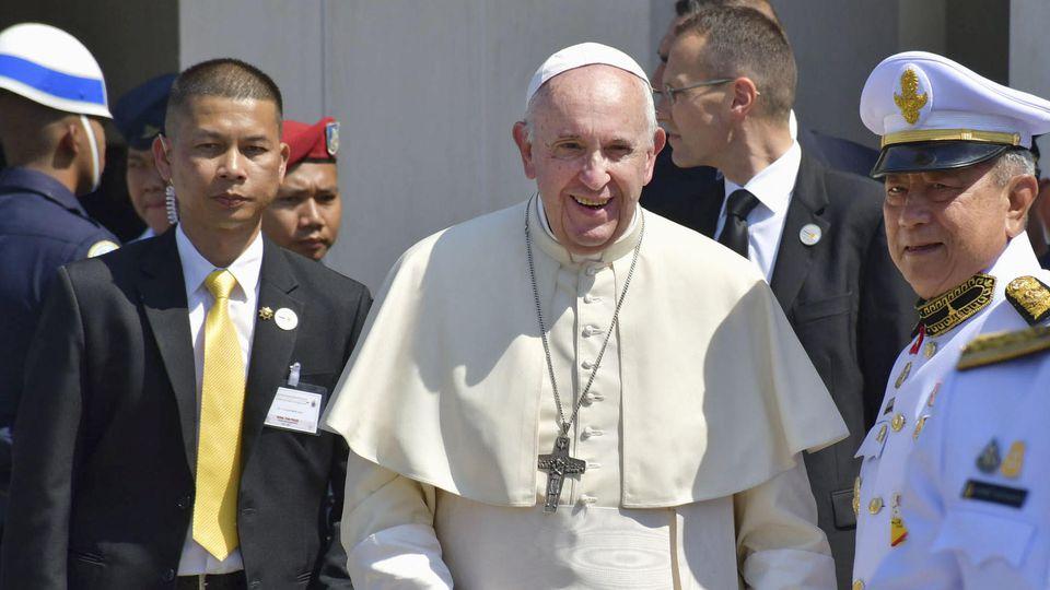 20.11.2019, Thailand, Bangkok: Papst Franziskus wird von Offiziellen empfangen, als er in Bangkok ankommt. Der Papst ist zu seiner ersten Reise nach Thailand und Japan aufgebrochen. Foto: ---/kyodo/dpa +++ dpa-Bildfunk +++