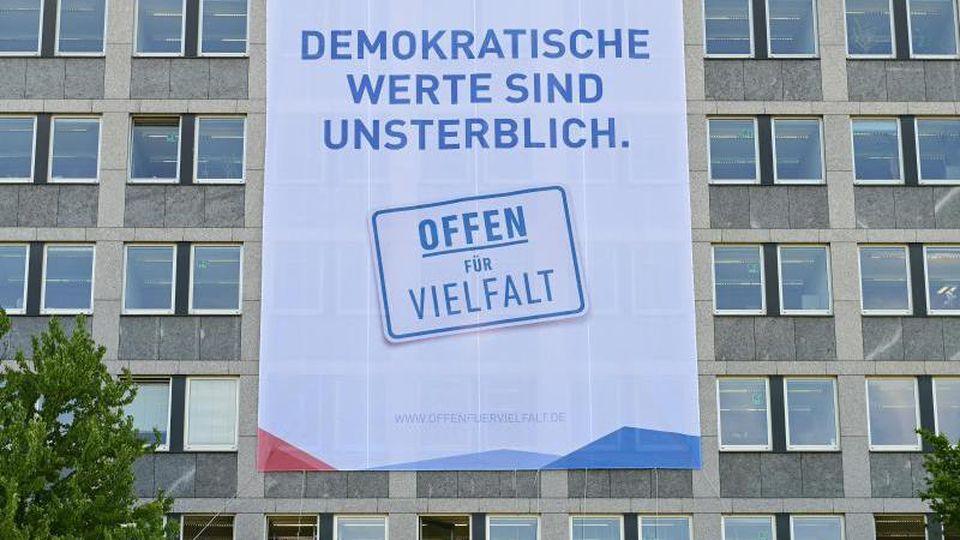 """Ein Banner mit der Aufschrift """"Offen für Vielfalt"""" hängt am Regierungspräsidium. Foto: Uwe Zucchi/dpa/Archivbild"""