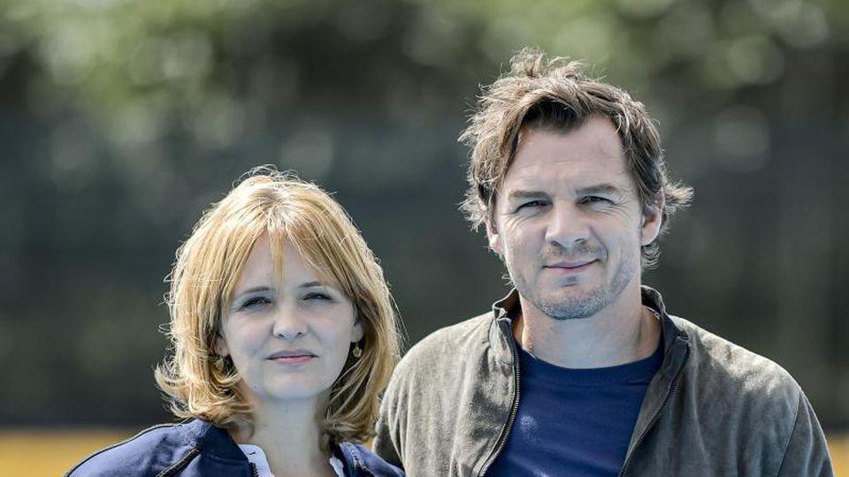 """Laura Tonke und Felix Klare, Schauspieler, stehen beim Fototermin am Set des NDR-Krimis """"Kein einfacher Mord"""". Foto: Axel Heimken"""