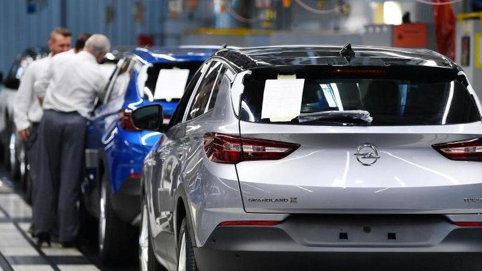 """Der SUV """"Grandland X"""" wird im Opel-Werk Eisenach montiert. Foto: Martin Schutt/zb/dpa"""