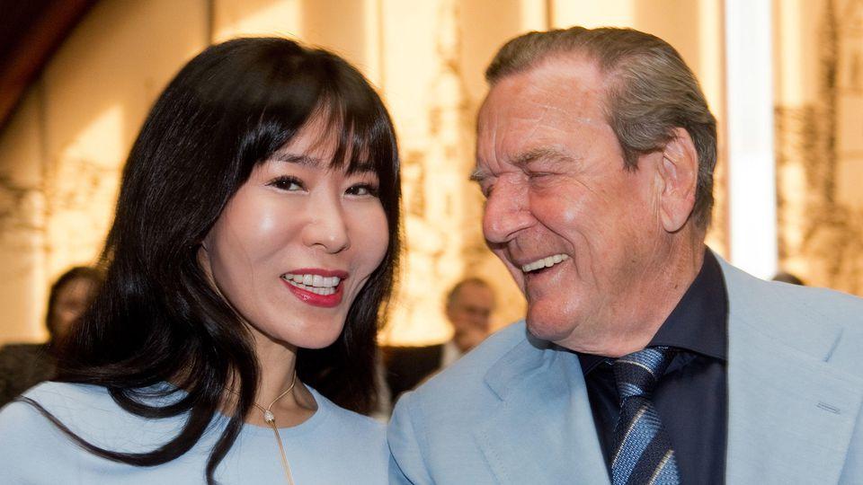 Ex-Kanzler Gerhard Schröder freute sich über die Geburtstagsüberraschung seiner Ehefrau Soyeon Kim.