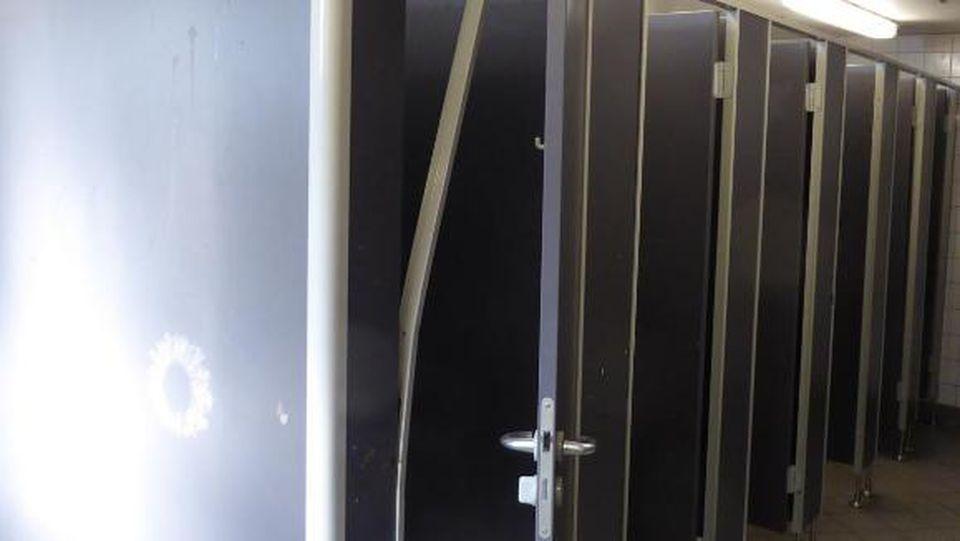 Die kaputtgetretenen Schultoiletten der Hauptschule Großer Griechenmarkt.