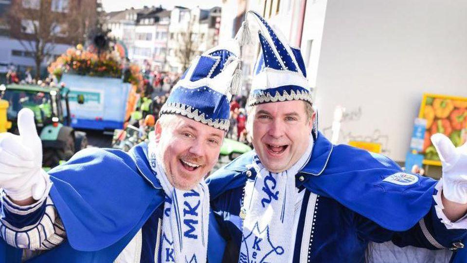 Das Prinzenpaar Axel Ladleif (l) und Thorsten Neumann winken beim Veilchendienstagszug. Foto: Jana Bauch/dpa