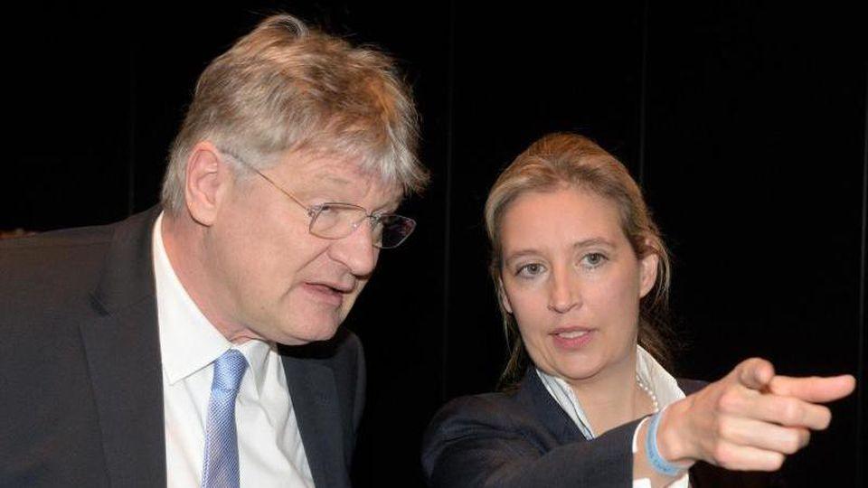 Jörg Meuthen beim Parteitag in Heidenheim im Gespräch mit der AfD-Bundestagsfraktionsvorsitzenden Alice Weidel. Foto: