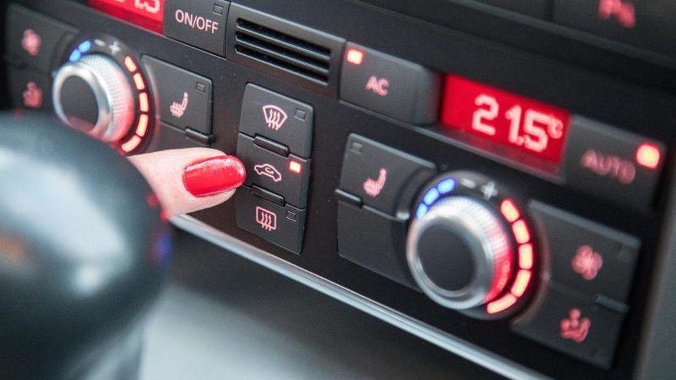 Vor dem Start die Umluft-Taste drücken: Bei großer Hitze gibt es bei der Bedienung der Klimaanlage im Auto einiges zu beachten. Foto: Christin Klose