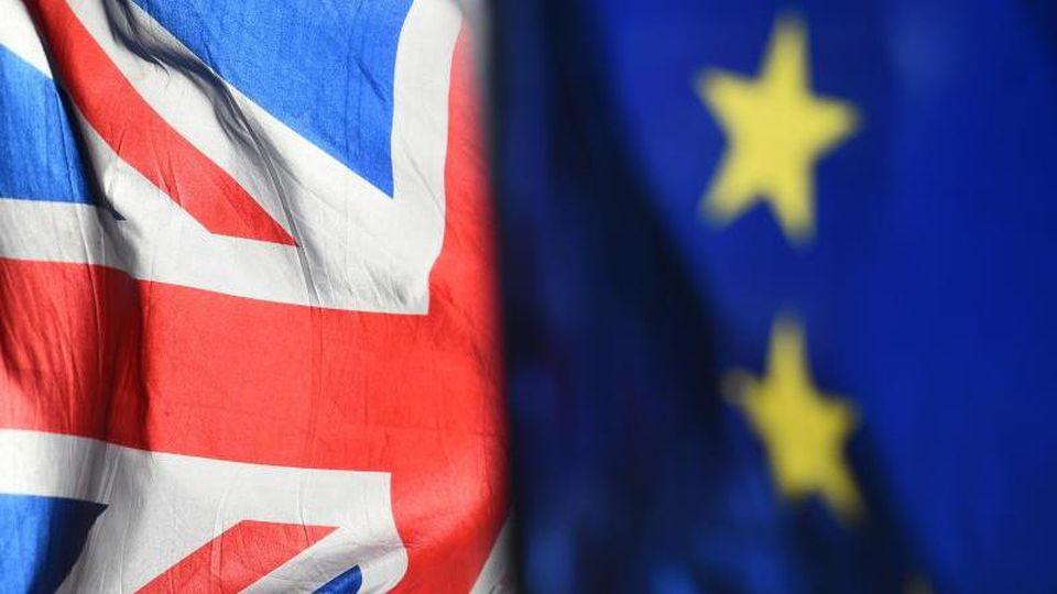 Eine Flagge der Europäischen Union und eine Flagge von Großbritannien sind zu sehen. F. Foto: Kirsty O'connor/PA Wire/dpa