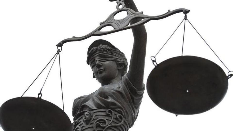 Eine Statue der Justitia mit einer Waage in ihrer Hand. Foto: David-Wolfgang Ebener/dpa