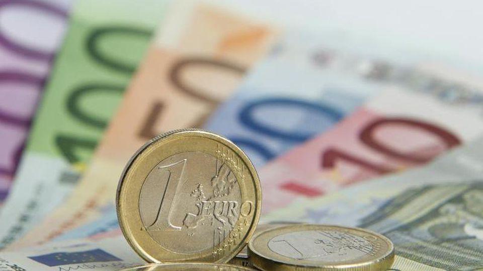 Euro-Münzen auf Euro-Banknoten. Foto: Daniel Reinhardt/Archivbild