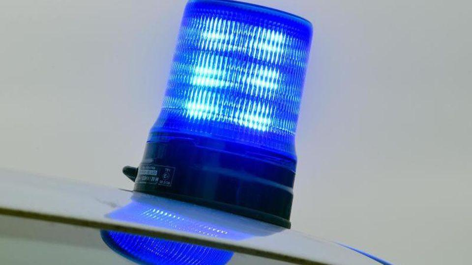Blaulicht auf einem Einsatzwagen der Polizei. Foto: Patrick Pleul/ZB/dpa