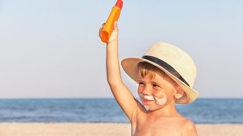 Eincremen ist wichtig, um sich vor Sonnenbrand und Hautkrebs zu schützen. Aber helfen alle Sonnenschutzmittel gleich gut?