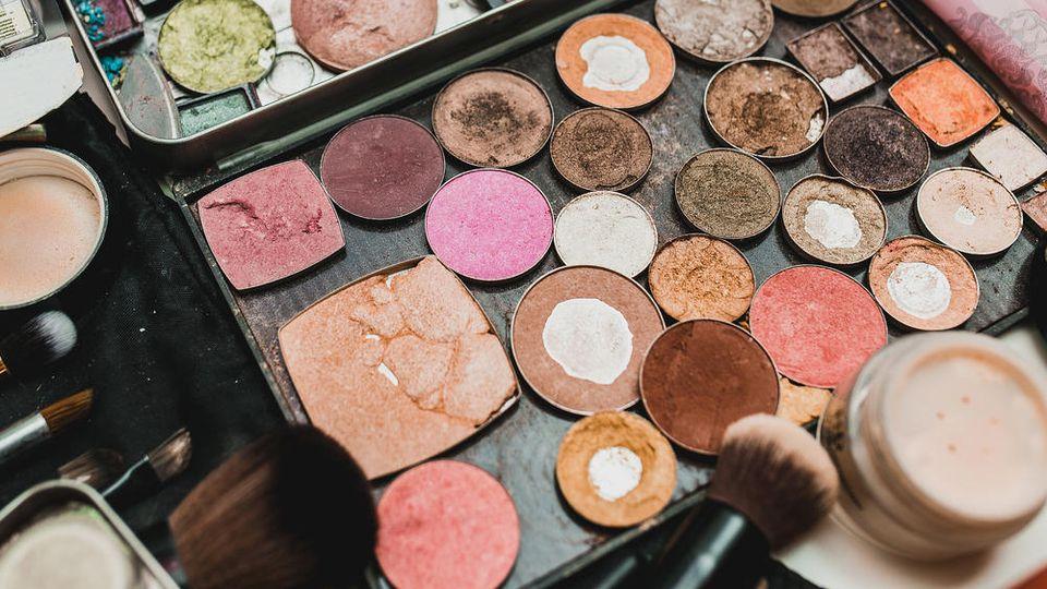 Altes Make-up kann der Haut schaden und sollte entsorgt werden.