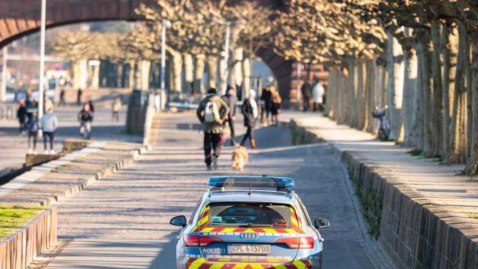 Die Polizei fährt Streife am Rheinufer. Foto: Andreas Arnold/dpa/Archivbild
