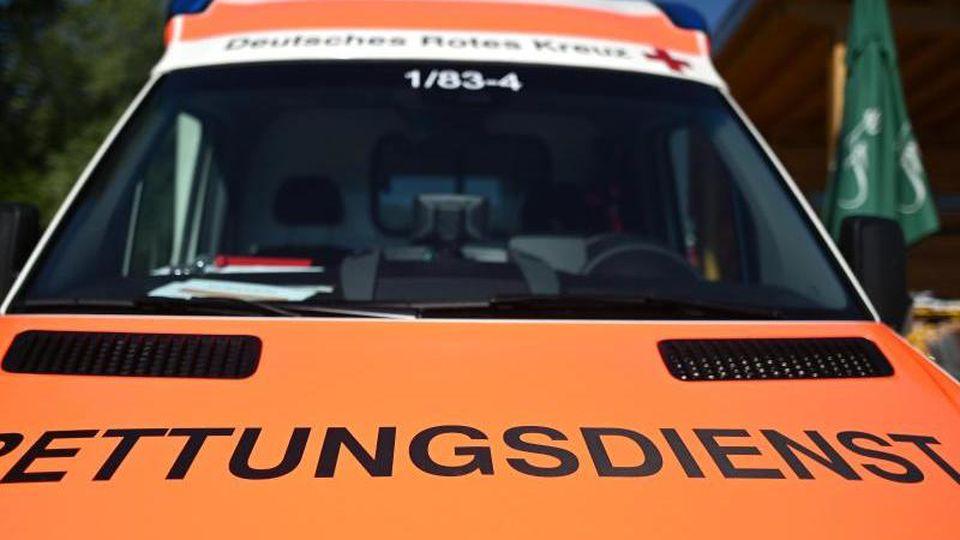 """Ein Rettungswagen mit der Aufschrift """"Rettungsdienst"""". Foto: Patrick Seeger/dpa/Archivbild"""