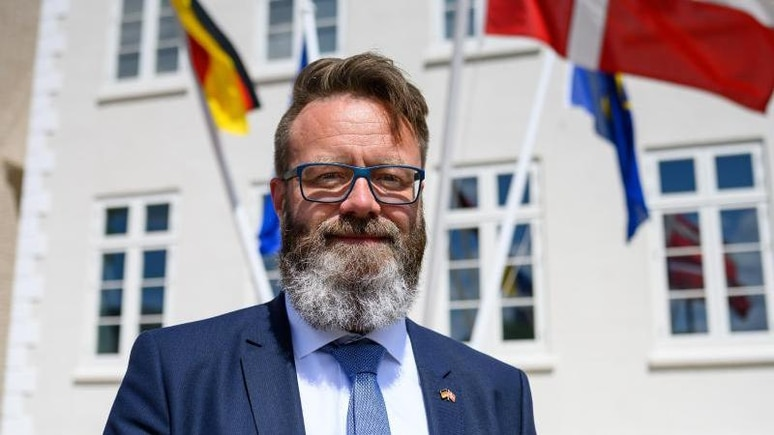 Claus Ruhe Madsen, Oberbürgermeister von Rostock, schaut in die Kamera. Foto: Bernd von Jutrczenka/dpa