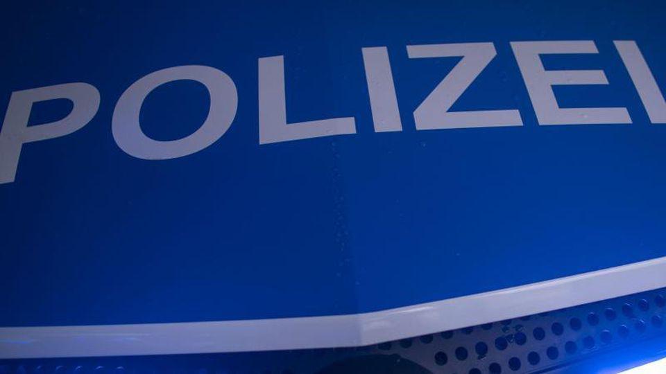 """Der Schriftzug """"Polizei"""" ist auf einem Streifenwagen zu sehen. Foto: Jens Büttner/dpa-Zentralbild/ZB/Symbolbild"""