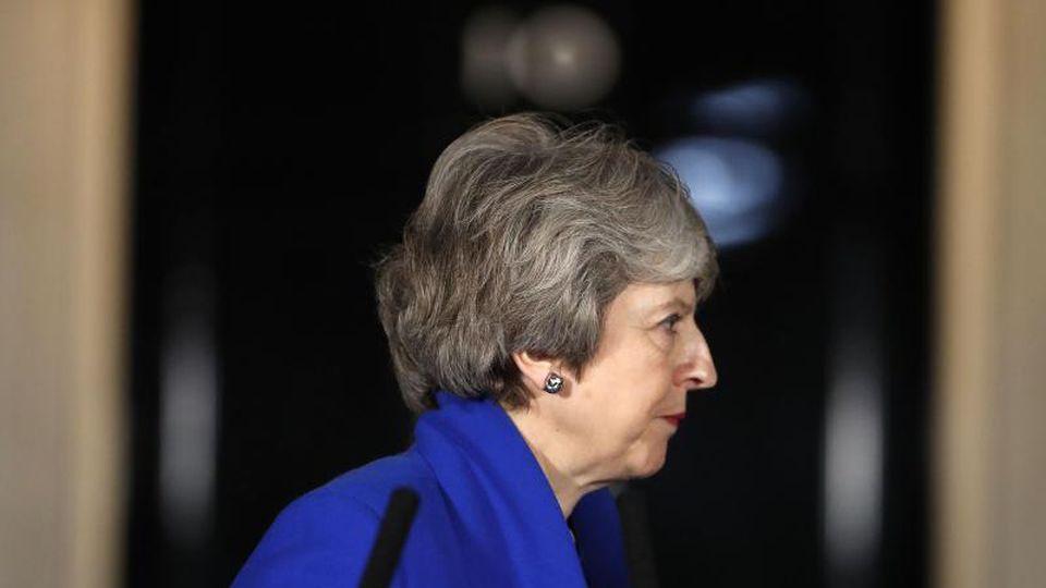 May hält es für ihre Pflicht, Großbritannien aus der EU zu führen. Das sagte die britische Premierministerin bei einer nächtlichen Ansprache vor dem Regierungssitz in London. Foto: Frank Augstein/AP