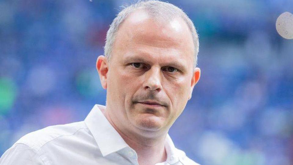 Jochen Schneider, Sportvorstand von Schalke, steht im Stadion. Foto: Rolf Vennenbernd/dpa/Archivbild
