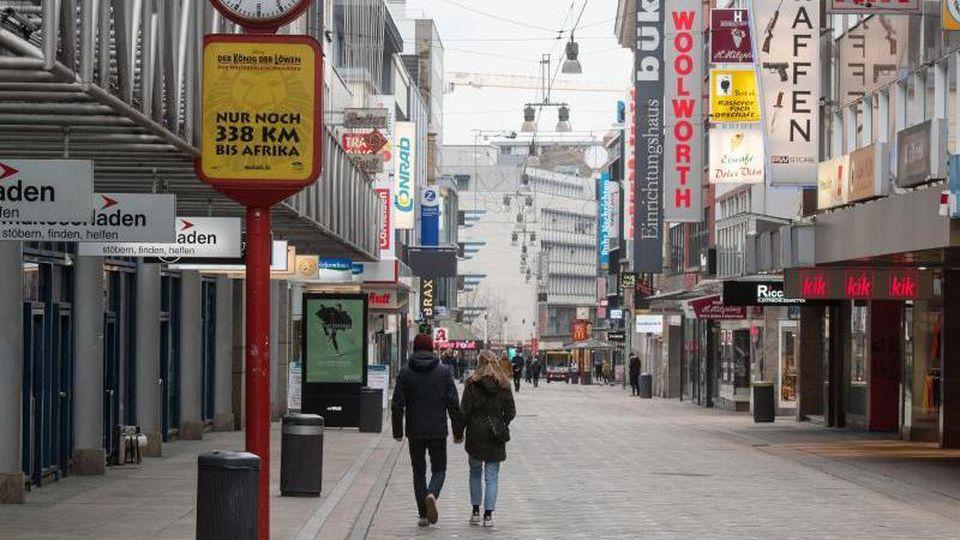Kaum Betrieb auf demWestenhellweg, der größten Einkaufsstraße in Dortmund. Foto: Bernd Thissen/dpa