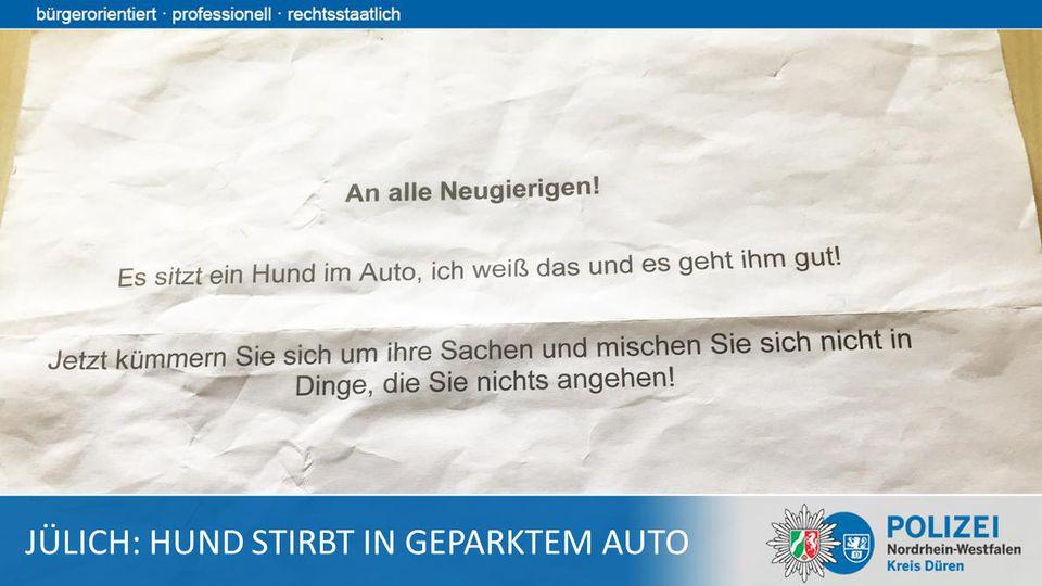 Ein Hund starb in Jülich wegen der Hitze in einem Auto. Der Besitzer hatte diesen Zettel hinter die Windschutzscheibe gelegt.