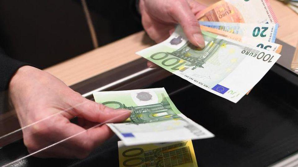 Der BGH hält Extragebühren fürs Geldabheben für zulässig. Allerdings dürfen die Kosten nicht zu hoch ausfallen. Foto: Angelika Warmuth