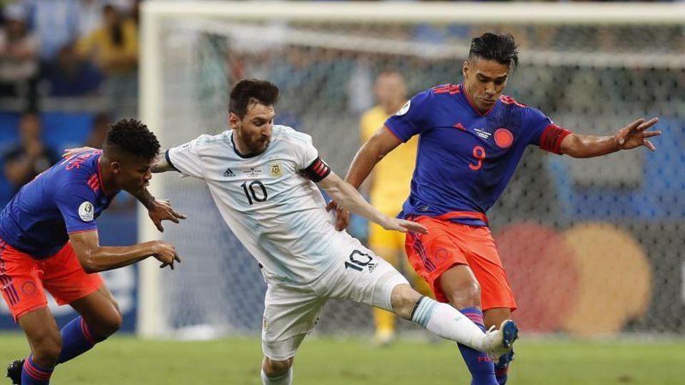 Argentiniens Superstar Lionel Messi (M) wird von zwei Kolumbianern unter Druck gesetzt. Foto: Natacha Pisarenko/AP