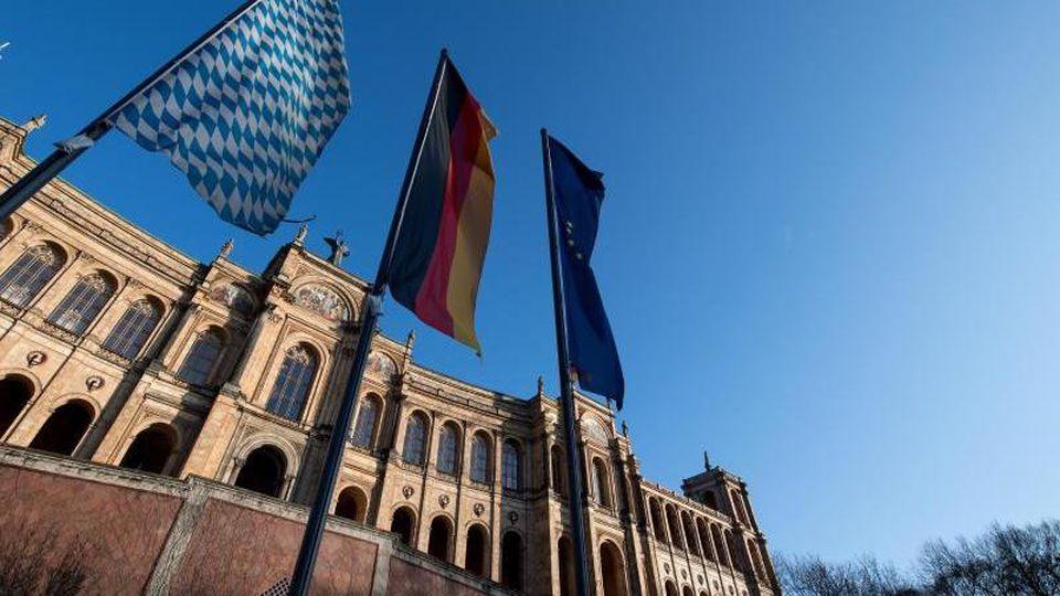 Die Fahnen von Bayern (l-r), Deutschland und Europa wehen vor dem bayerischen Landtag. Foto: Sven Hoppe/dpa/Archivbild