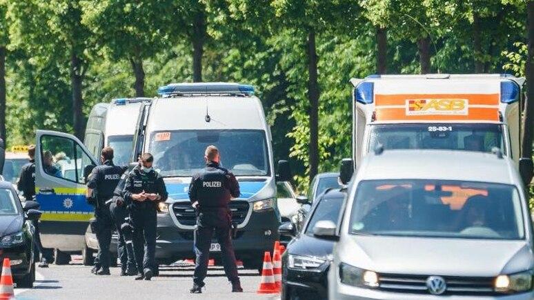 Autos und ein Rettungswagen passieren auf der Bundesstraße 3 am Auestadion eine Polizeikontrolle. Foto: Andreas Arnold/dpa