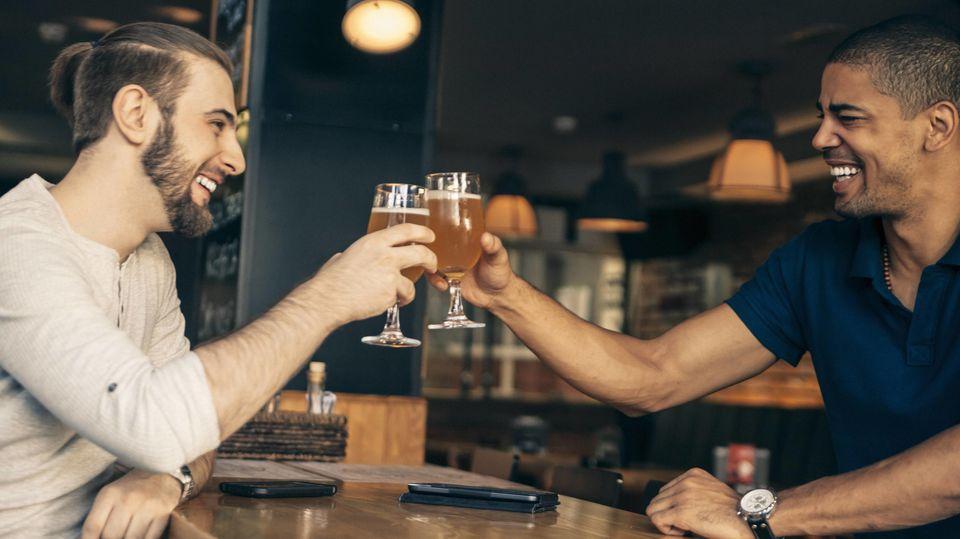 Warum wird auch im Job mit Alkohol angestoßen?