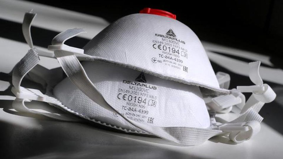 Zwei FFP3 Atemschutzmasken liegen auf einem Tisch im Sonnenschein. Foto: Karl-Josef Hildenbrand/dpa