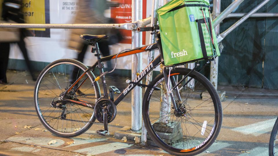 Amazon Fresh in New York A bicycle with a tote from Amazon Fresh in New York on Friday, November 17, 2017. Online groceries are considered to be one of the hottest segments of retail. ( PUBLICATIONxNOTxINxUSAxUK RichardxB.xLevine