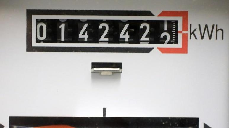 Für Strom könnte ein Haushalt im Jahr mit Mehrkosten von 50 Euro rechnen. Foto: Jens Wolf/dpa/Symbolbild