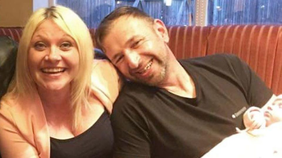 Darren Rowe (l.) hat Nacktfotos seiner Frau Sharon Thompson auf Pornoseiten angeboten.