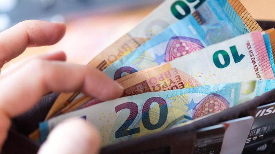 In einer Geldbörse sind zahlreiche Banknoten enthalten. Foto: Monika Skolimowska/zb/dpa/Archivbild