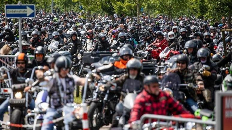 Motorradfahrer warten mit ihren Motorrädern im Vorfeld einer Demonstration. Foto: Philipp von Ditfurth/dpa/Archivbild