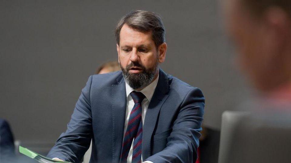 Olaf Lies sitzt im Landtag. Foto: Julian Stratenschulte/dpa