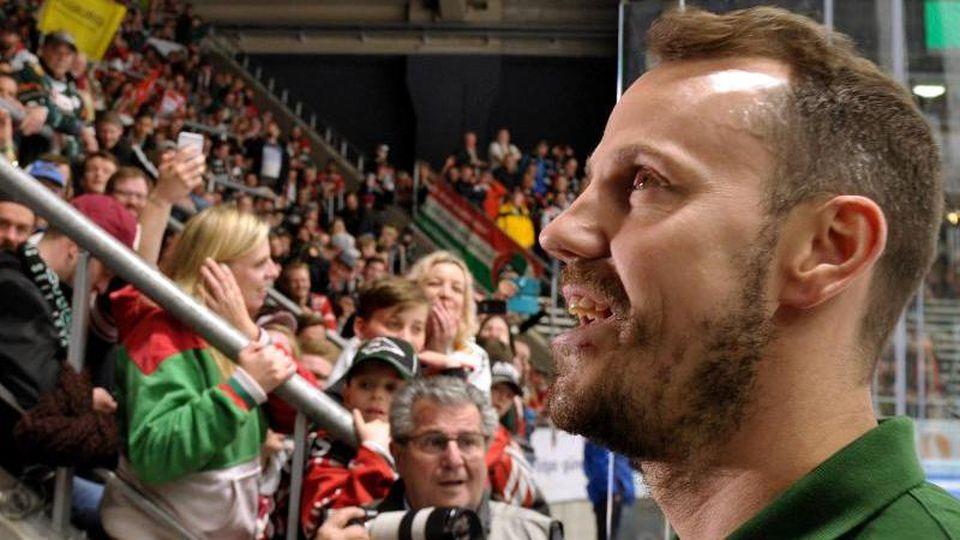 Augsburgs Christoph Uhlmann feiert mit den Fans in derEissporthalle. Foto: Stefan Puchner/dpa/Archivbild