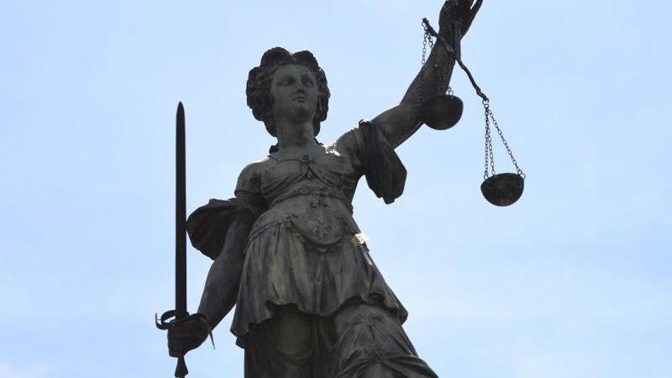 Eine Bronzestatue der römischen Göttin der Gerechtigkeit, Justitia. Foto: Arne Dedert/Archivbild