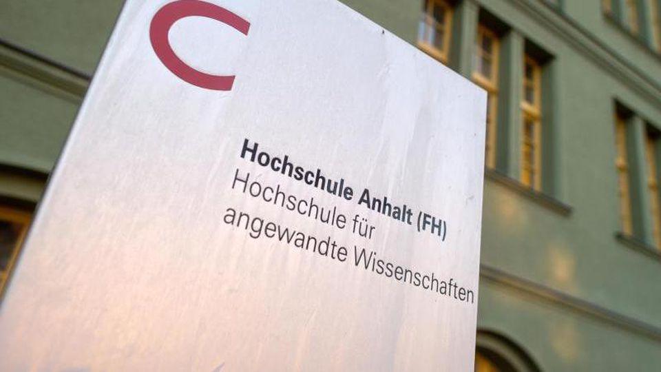"""""""Hochschule Anhalt"""" steht auf einem Schild vor dem """"Grünen Gebäude"""". Foto: Klaus-Dietmar Gabbert/dpa-Zentralbild/dpa/Symbolbild"""