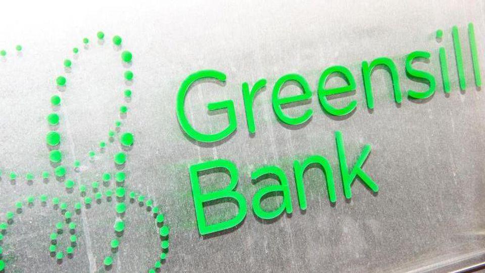"""Ein Schild mit dem Firmennamen """"Greensill Bank"""". Foto: Sina Schuldt/dpa"""