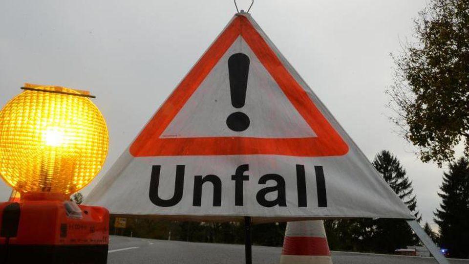 """Ein Warndreieck mit der Aufschrift """"Unfall"""" steht auf der Straße. Foto: Patrick Seeger/dpa/Archivbild"""