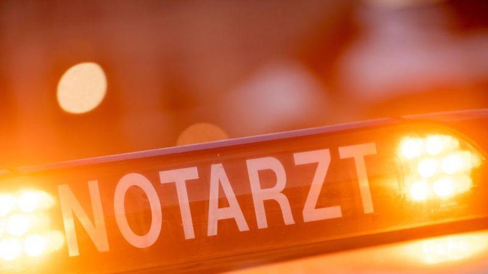 """Ein Dachschild mit der Aufschrift """"Notarzt"""" steht auf einem Einsatzwagen eines Notarztes. Foto: Lino Mirgeler/dpa/Archivbild"""