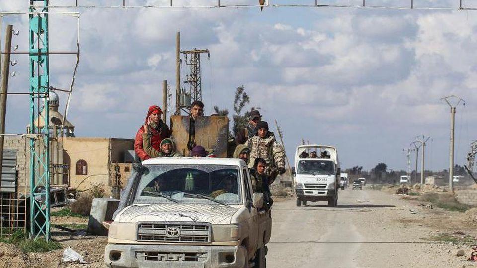 Soldaten einer irakischen Spezialeinheit verhaften am 25. Februar 2017 in Mossul (Irak) einen IS-Kämpfer. Foto: Khalid Mohammed/AP