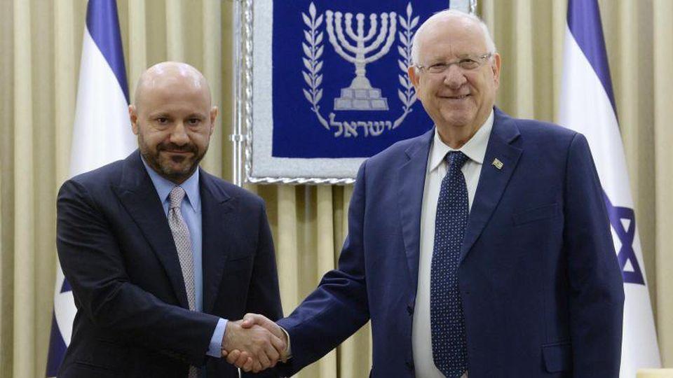 Abdallah Chatila neben Reuven Rivlin (l-r), dem Staatspräsidenten von Israel. Foto: Mark Neyman/GPO/dpa