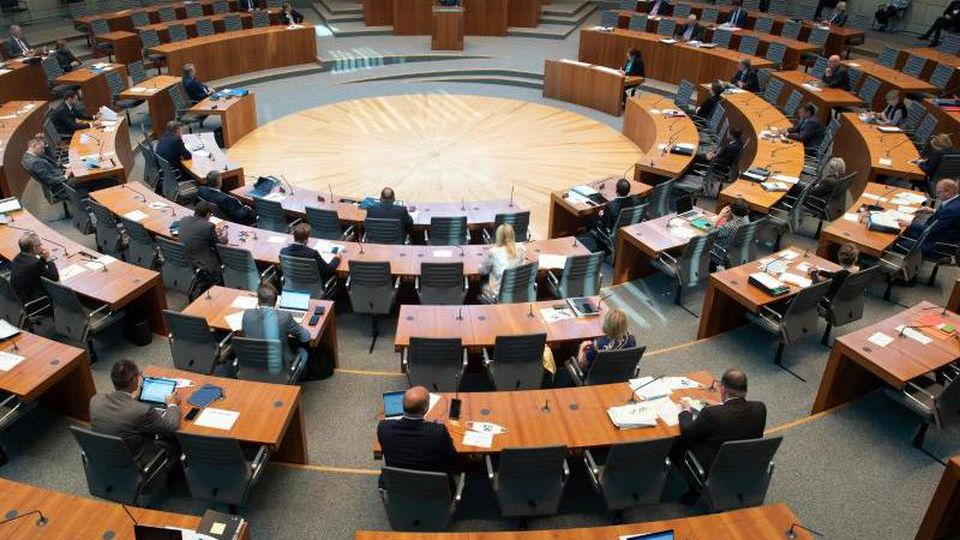 Blick auf den Plenarsaal des NRW-Landtags. Foto: Federico Gambarini/dpa