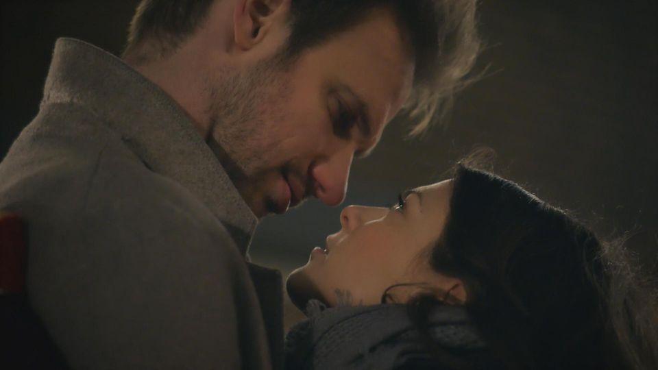 AWZ: Damian und Pauline küssen sich.