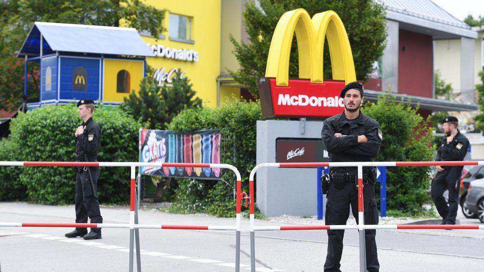 Polizeibeamte stehen am 23.07.2016 vor McDonald's Schnellrestaurant am OEZ in München